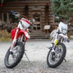 オートバイのRX230FSとRX230Fを並べた写真