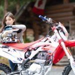 オートバイのRX230Fとヘルメットを脱いだモデルのsイメージカット写真