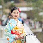 嵐山の渡月橋を振り返らずに渡る、着物を着た少女の写真2